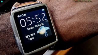 Sykla M1 smartwatch with weather info on homescreen